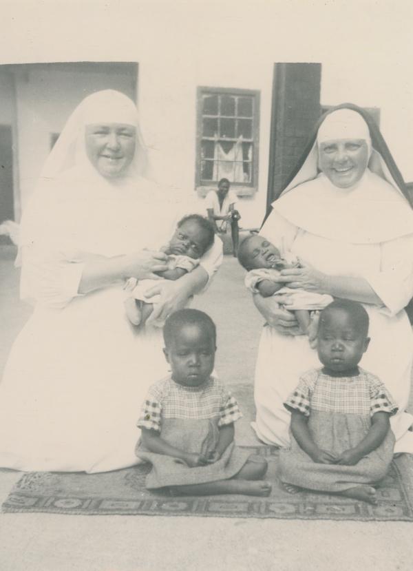 Religieuses et des enfants en Afrique