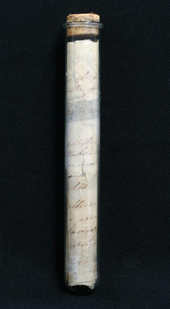 Tube de verre et note manuscrite
