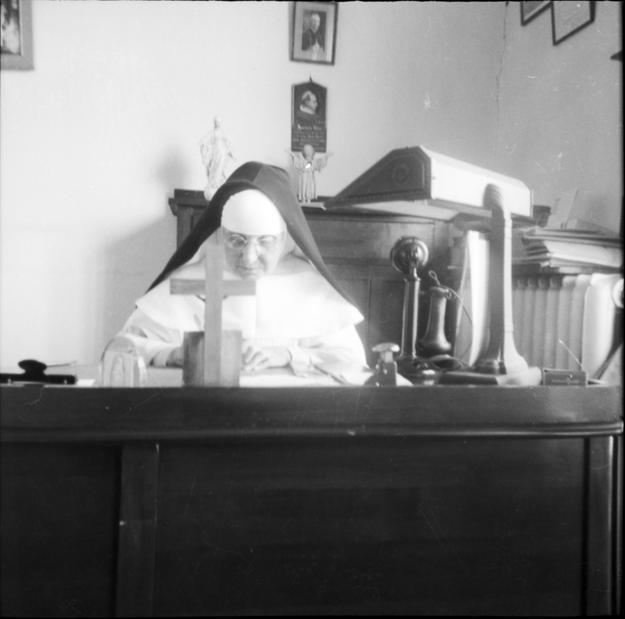 Mère Marie-de-l'Incarnation (Marie-Louise Cantin), assise derrière un grand bureau