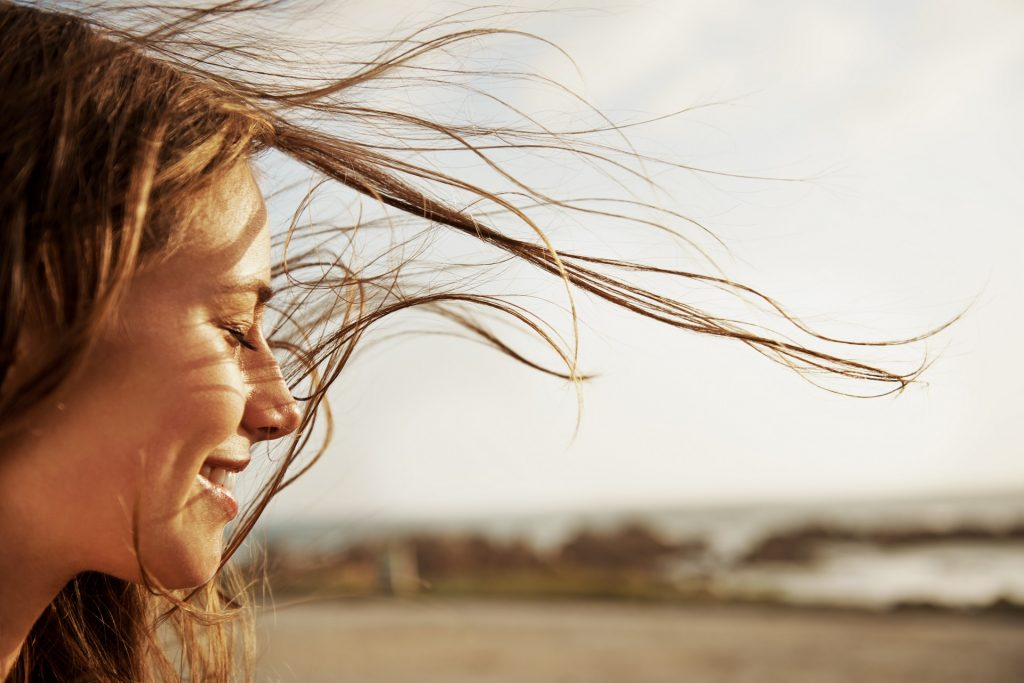 Femme heureuse près de la mer