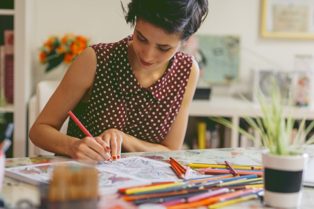Une femme qui dessine