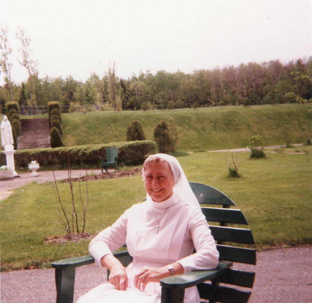 Sœur Gertrude Lortie assise au jardin
