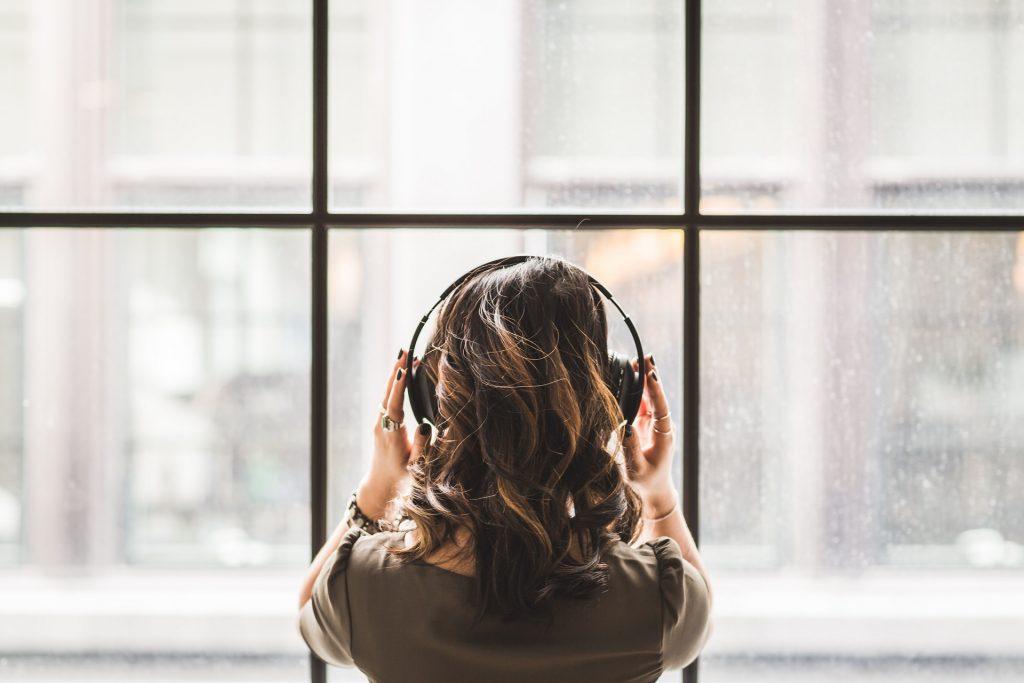 Femme de dos avec écouteurs